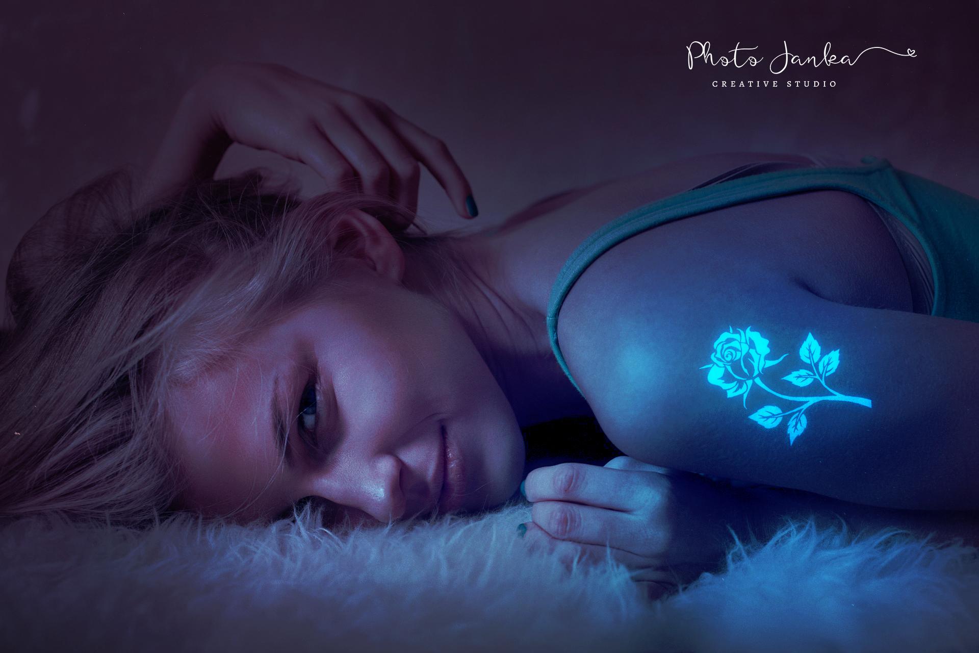 Dívka s tetováním